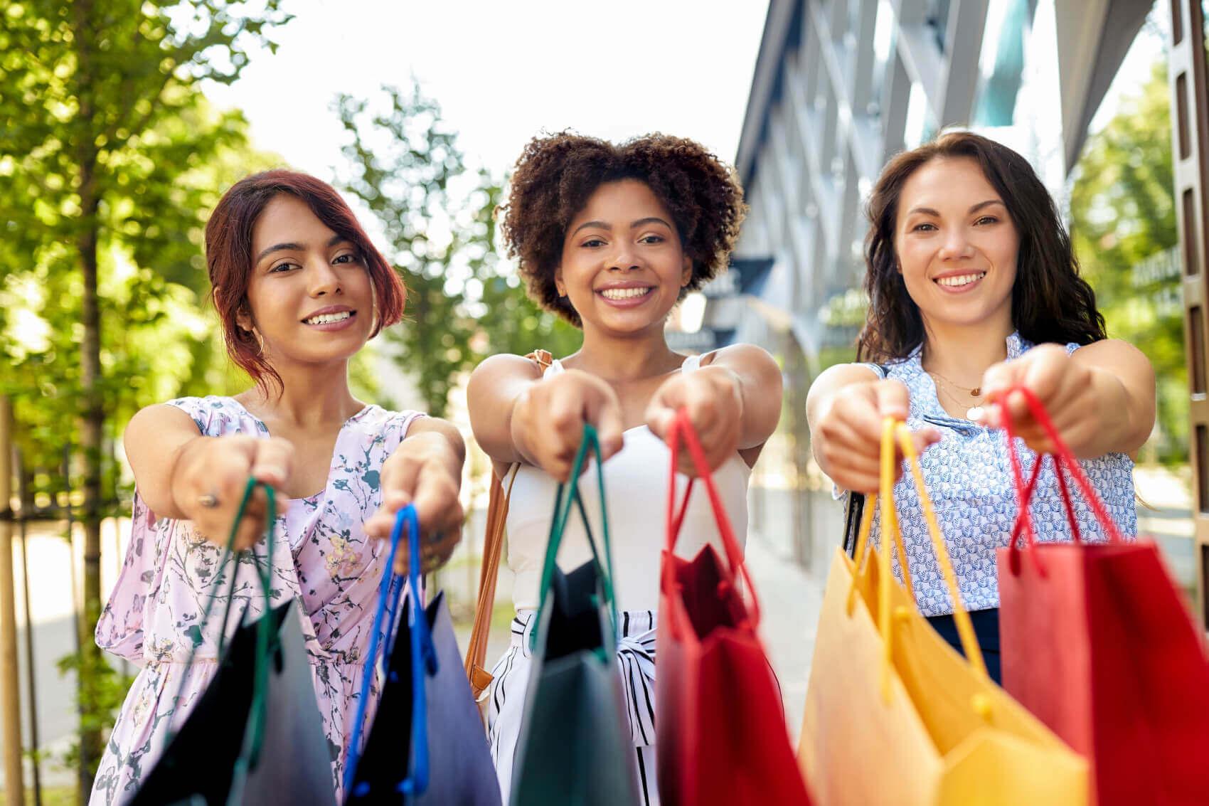 Frauen-mit-Einkaufstüten-Beim-Einkaufen-2